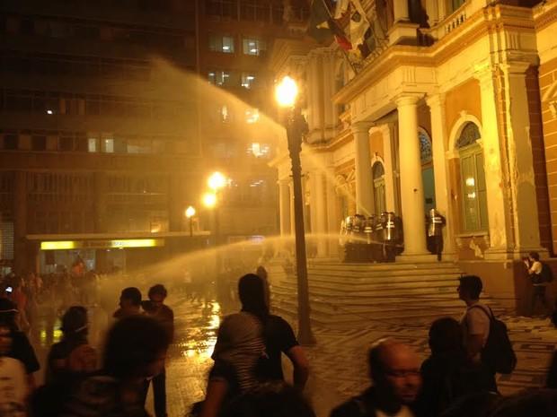 Guardas municipais lançam jato de água contra manifestantes (Foto: Felipe Truda/G1)