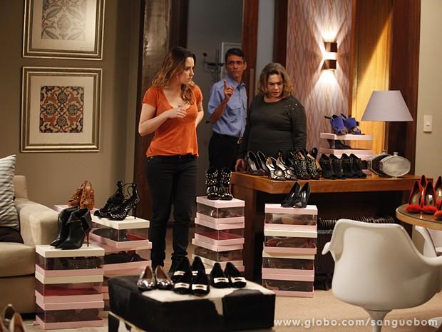 Malu fica peplexa ao ver os sapatos de Amora em flat (Foto: Sangue Bom/TV Globo)