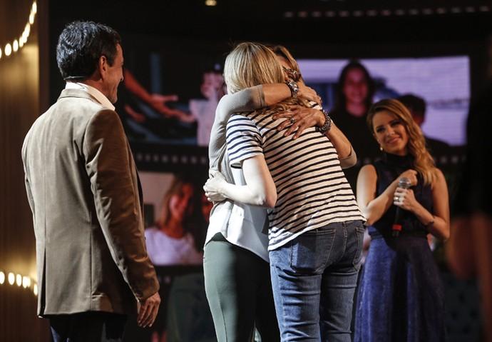 Fernanda Gentil abraça a mãe observada pelo pai e por Sandy (Foto: Raphael Dias / Gshow)