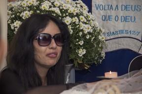 Jennifer Pamplona no velório de Celso Santebanes (Foto: EGO)