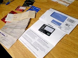 Cheques, cartões e documentos apreendidos com dupla que retirava cartões de crédito de outras pessoas usando identidade falsa (Foto: Mateus Rodrigues/G1)