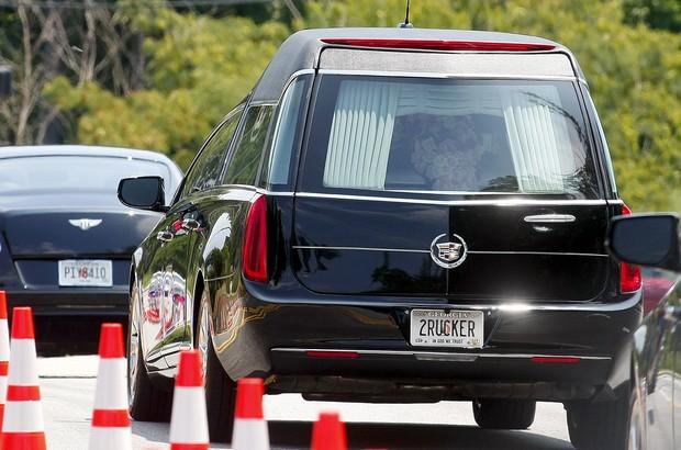 Carro leva caixão de Bobbi Kristina de funeral (Foto: REUTERS/Tami Chappell TPX IMAGES OF THE DAY)