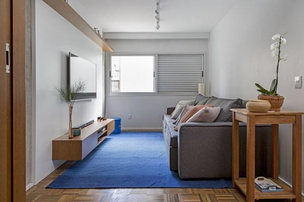 Cinza, azul e mostarda colorem apartamento jovem (Foto: Julia Ribeiro/Divulgação )