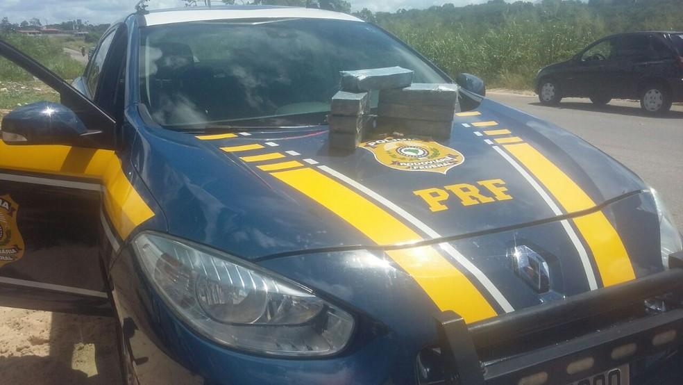 Tabletes de maconha teriam sido jogados por motorista pela janela do carro (Foto: Divulgação/PRF)