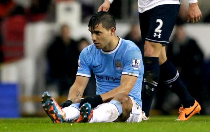 Sergio Aguero machucado jogo Manchester City e Tottenham (Foto: AP)