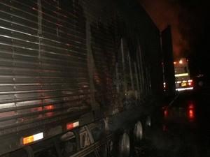 Carreta pegou fogo (Foto: Polícia Rodoviária Federal)
