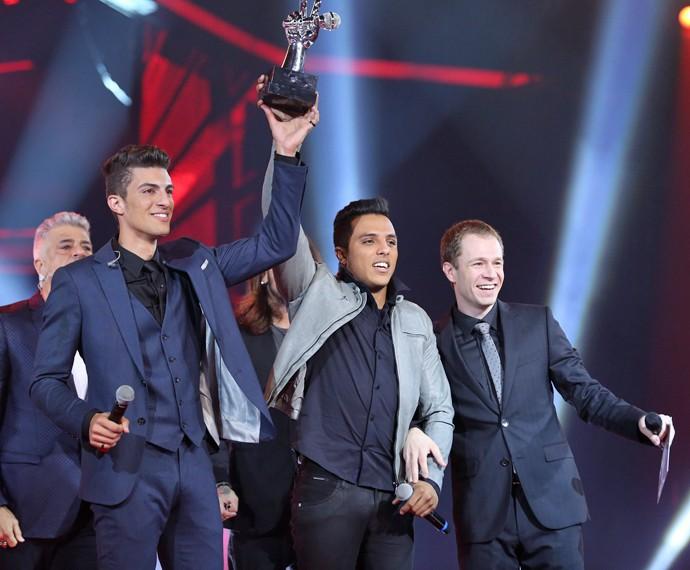 Dupla com o troféu de melhor voz do Brasil (Foto: Isabella Pinheiro/ Gshow)