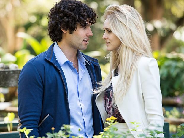 Arthur e Megan passeiam juntos no Jardim Botânico e rola um clima entre os dois (Foto: Raphael Dias/ TV Globo)