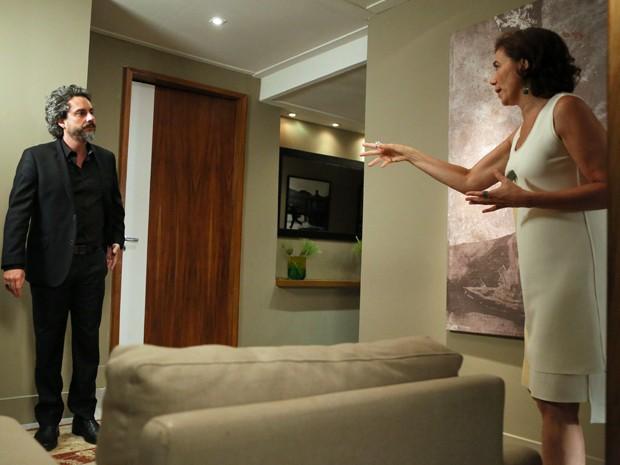 Maria Marta faz muitas perguntas ao marido (Foto: Carol Caminha/ Gshow)