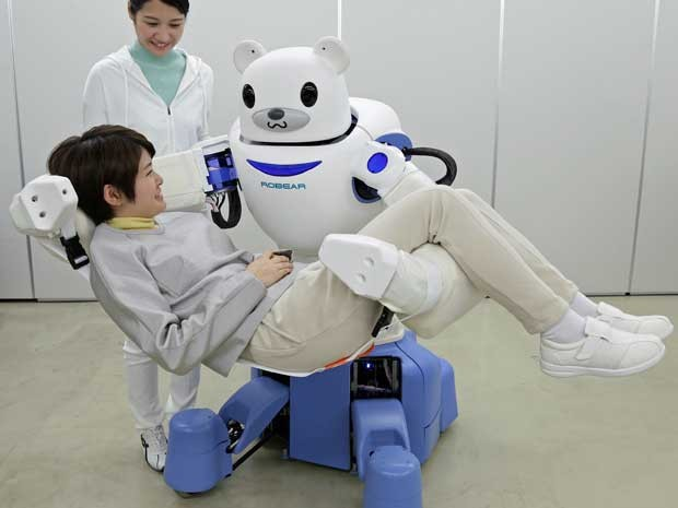 Um instituto japonês desenvolveu o robô 'Robear', que tem força suficiente para erguer e transferir uma pessoa frágil, que não consegue se locomover, de uma cadeira de rodas para uma cama ou uma banheira. (Foto: Jiji Press / AFP Photo )