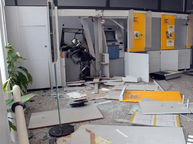 Caixas eletrônicos de duas agências são explodidos em São Tomás de Aquino, MG (Foto: Marcelo Morais / Reprodução EPTV)