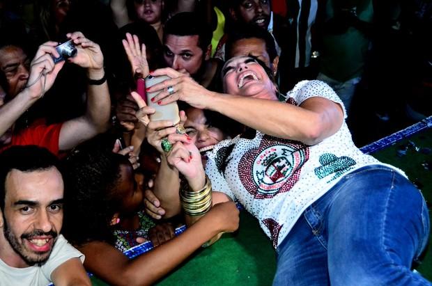 Susana Vieira se esparrama no chão do palco para tirar selfie com fãs (Foto: William Oda / AgNews)