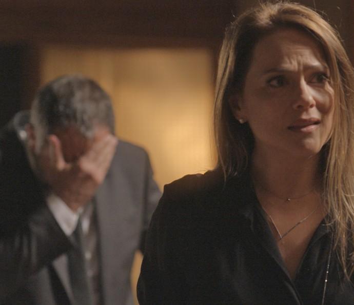Germano bem que tenta acalmar a esposa, mas Lili não perdoa (Foto: TV Globo)