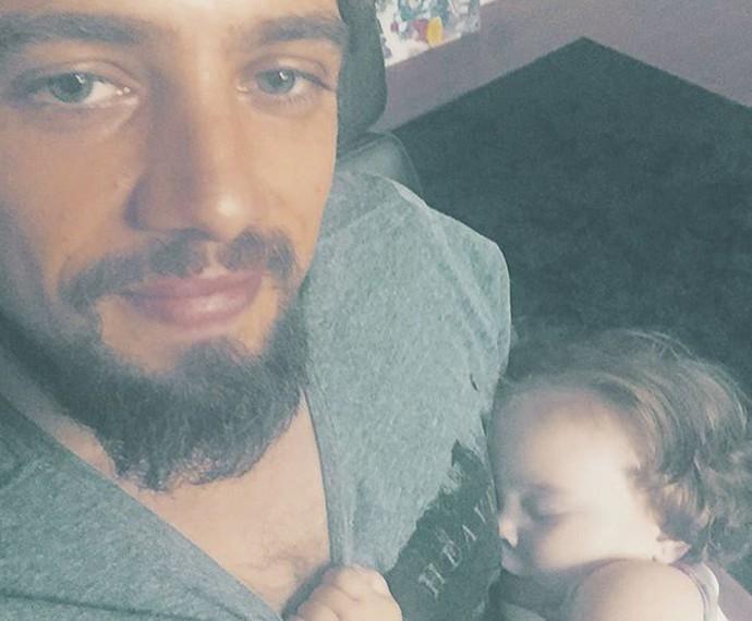 Que soninho! Aurora dorme no colo do pai, Rafael Cardoso (Foto: Arquivo Pessoal)
