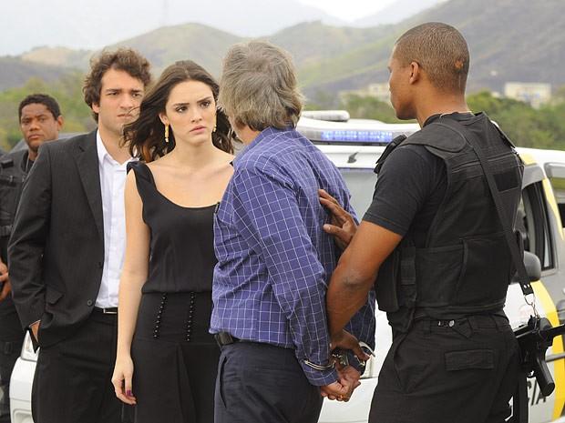 Algemado, Sarmento ganha o desprezo de Cida (Foto: Cheias de Charme / TV Globo)