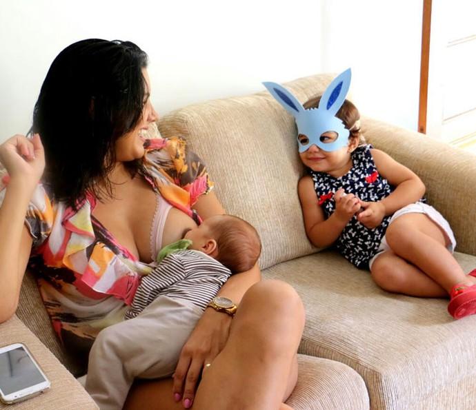 Anita de máscara de coelho enquanto Mari amamenta Antônio (Foto: Marta Figueiredo)