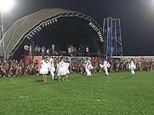 Cristoval, em 2013, no estádio Colosso do Tapajós, homenageou os 40 anos do RCC. (Foto: Reprodução/TV Tapajós)