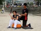 Cláudia Rodrigues faz treino funcional na praia do Leblon, no Rio