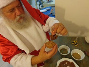 Papai Noel decora os cookies (Foto: Tatiana Lopes/G1)