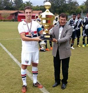 Zagueiro Hugo ergue a taça da Copa Ouro sub-20 (Foto: Arquivo pessoal)
