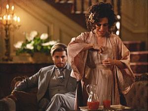 Catarina coloca sonífero no copo de Edgar (Foto: Lado a Lado/TV Globo)