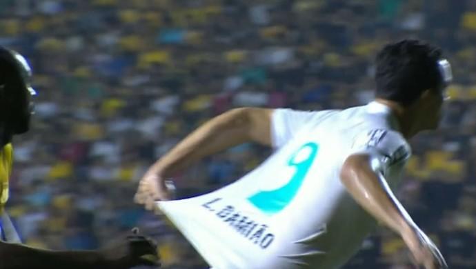 Leandro Damião puxa própria camisa (Foto: Reprodução SporTV)
