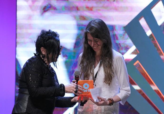 Alice Urbim entrega troféu do Prêmio Exibição RBS TV a Lisi Kieling pelo curta 'Vida como Rizoma'  (Foto: Edison Vara/Pressphoto )