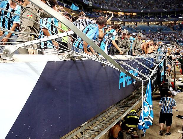 Torcida do Grêmio cai na comemoração do gol na Arena (Foto: Jefferson Bernardes / AFP)