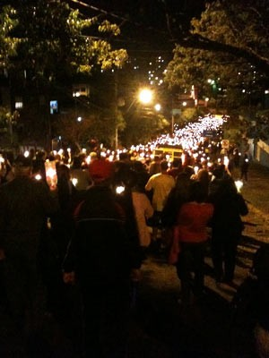 Procissão luminosa reuniu centenas de pessoas em Porto Alegre (Foto: Dayanne Rodrigues/RBS TV)