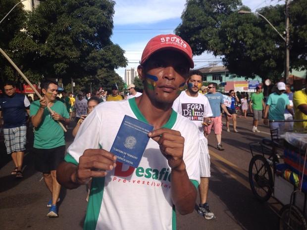 Manifestante mostra carteira de trabalho em protesto ao desemprego (Foto: Abinoan Santiago/G1)