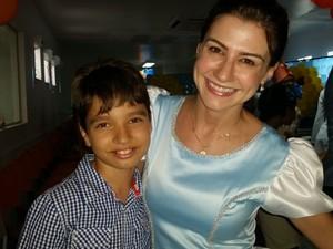 Gustavo Guedes, de 10 anos, recebeu os carinhos da princesa 'Cinderela', representada por Sacha Mara Porto (Foto: Toni Francis/G1)