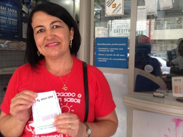 Ana Lúcia Oliveira, que aposta as mesmas dezenas há mais de três anos (Foto: Gabriel Luiz/G1)