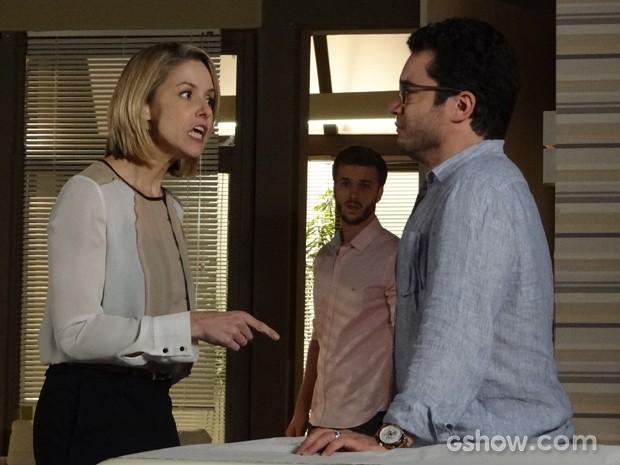 Silvia se volta contra o amigo e o deixa desamparado (Foto: Em Família/TV Globo)