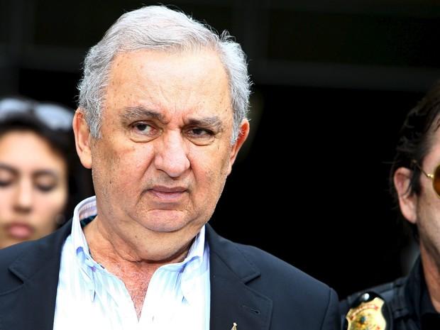 O empresário e pecuarista José Carlos Bumlai é escoltado por policiais federais ao deixar o Instituto de Ciência Forense em Curitiba. Bumlai foi preso na 21ª etapa da Operação Lava Jato