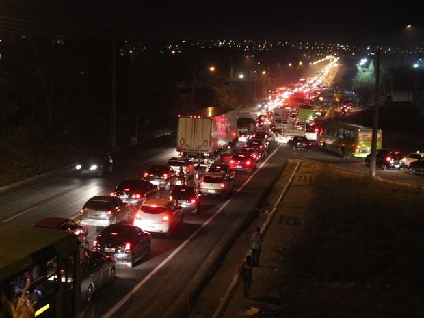 Trânsito ficou completamente congestionado  (Foto: Ellyo Teixeira/G1)