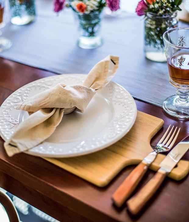 Se o almoço for um pouco mais rústico – um churrasco, por exemplo - substitua a toalha ou o jogo americano por tábuas de carne. É bacana pois pode sujar à vontade e ainda tem lugar para apoiar os talheres. (Foto: Rogério Voltan/Casa e Comida)