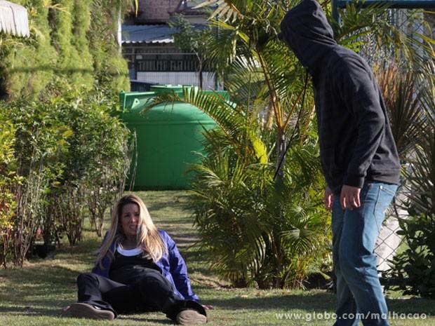 Só que o Sal consegue se soltar e joga a Marcela no chão :( (Foto: Malhação / Tv Globo)