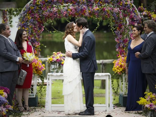 Laura e Caíque se casam em cerimônica ecumênica (Foto: Raphael Dias/ Gshow)