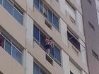 Homem flagra mulher se arriscando ao limpar janela de prédio em Santos