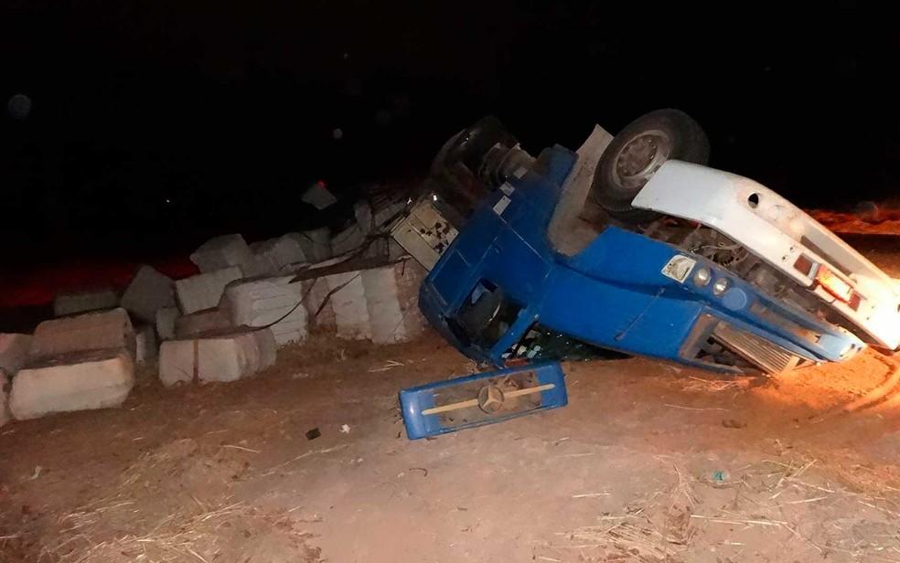 Carreta tombou, mas ficou fora da BR-135, em Barreiras (Foto: Jadiel Luiz/Blog SigiVilares)