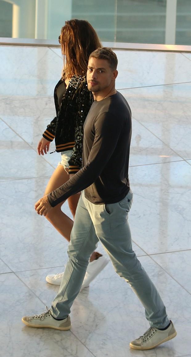 Cauã Reymond e a namorada, Mariana Goldfarb (Foto: Agnews)