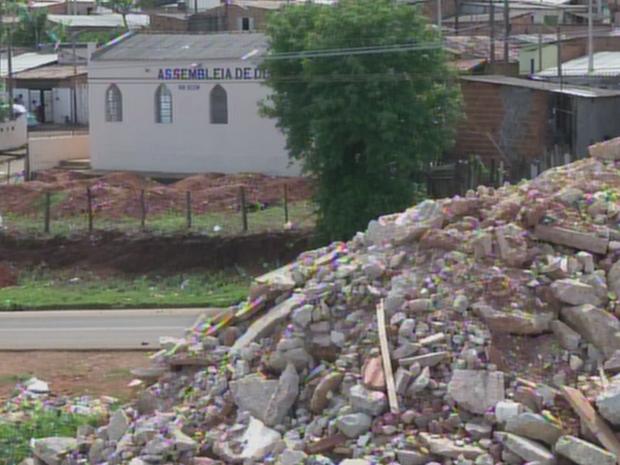Montanha de lixo se forma em terreno na Vila Santa Maria (Foto: Reprodução/TV TEM)