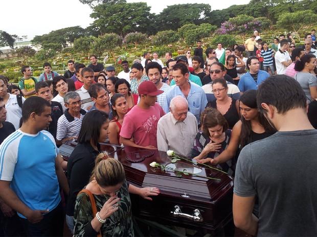 Enterro de estudante foi acompanhado por aproximadamente 200 pessoas (Foto: Rodolfo Tiengo/G1)