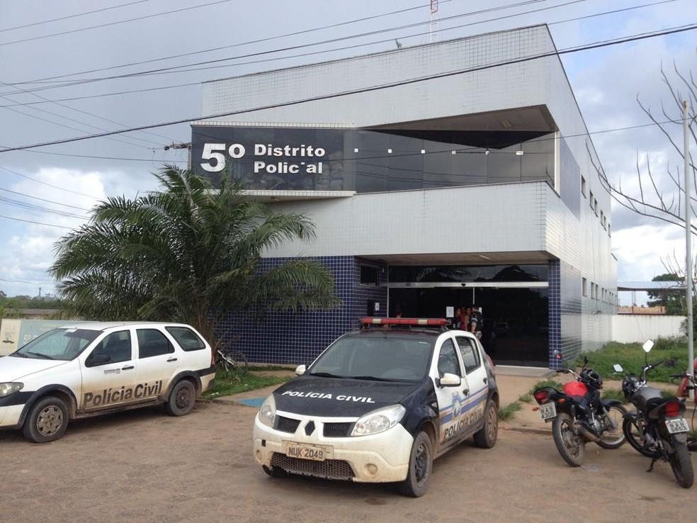 Venezuelanas foram levadas para o 5° DP e de lá foram liberadas (Foto: Marcelo Marques/ G1 RR)