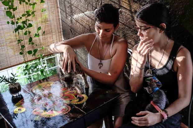 Jazmín Elizondo Arias e sua parceira, Laura Florez-Estrada Pimentel, em foto de 3 de novembro (Foto: Gabriela Tellez/La Nacion via AP)