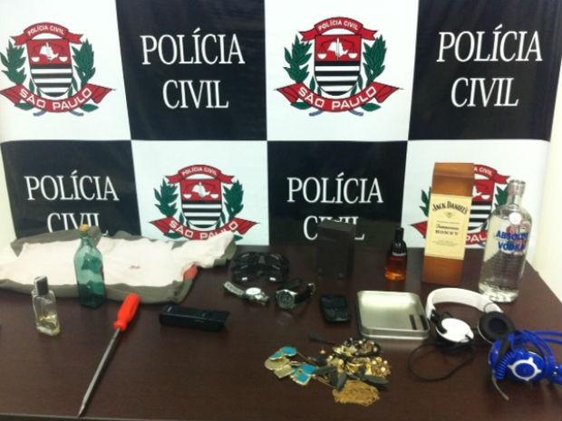 Produtos que teriam sido furtados pela dupla em condomínio sorocabano (Foto: Amanda Campos/G1)