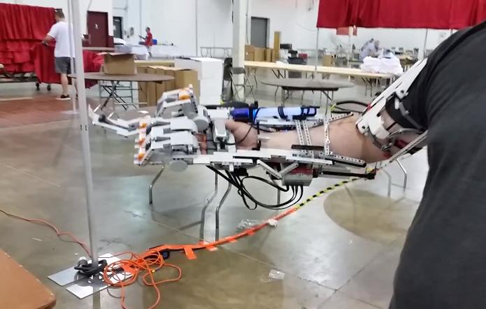 Braço robótico possui quatro dedos que podem ser movidos individualmente (Foto: Reprodução/YouTube)