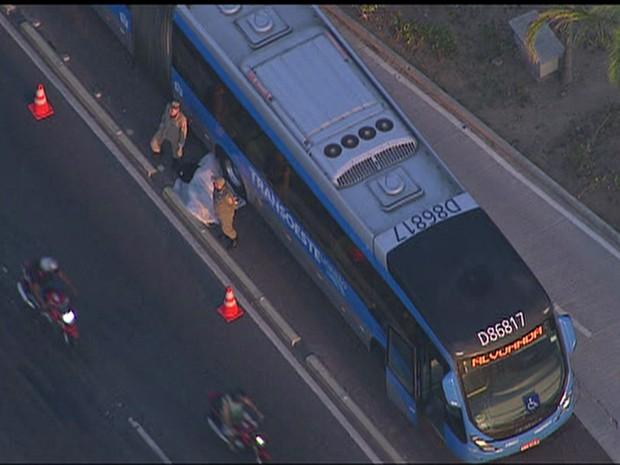 Rio de Janeiro Acidente com ônibus BRT matou uma pessoa no Recreio (Foto: Reprodução/ TV Globo)