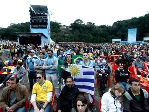 Centenas de torcedores do Uruguai assistem ao jogo na Fifa Fan Fest de Curitiba (Foto: Euricles Macedo)