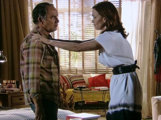 Helena perde o controle e acaba descontando em Virgílio (Foto: Em Família/TV Globo)